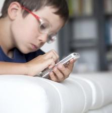 تجویز عینک در نوجوانان افزایش یافته است؛ آیا گوشیهای همراه مقصرند؟