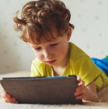 آیا سپری کردن زمان طولانی مقابل صفحه نمایش برای بچه ها بد است؟