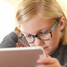 آیا شیشه های عینک نور آبی برای کودکان موثر است؟