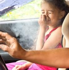 آسیب دود سیگار به چشم کودکان